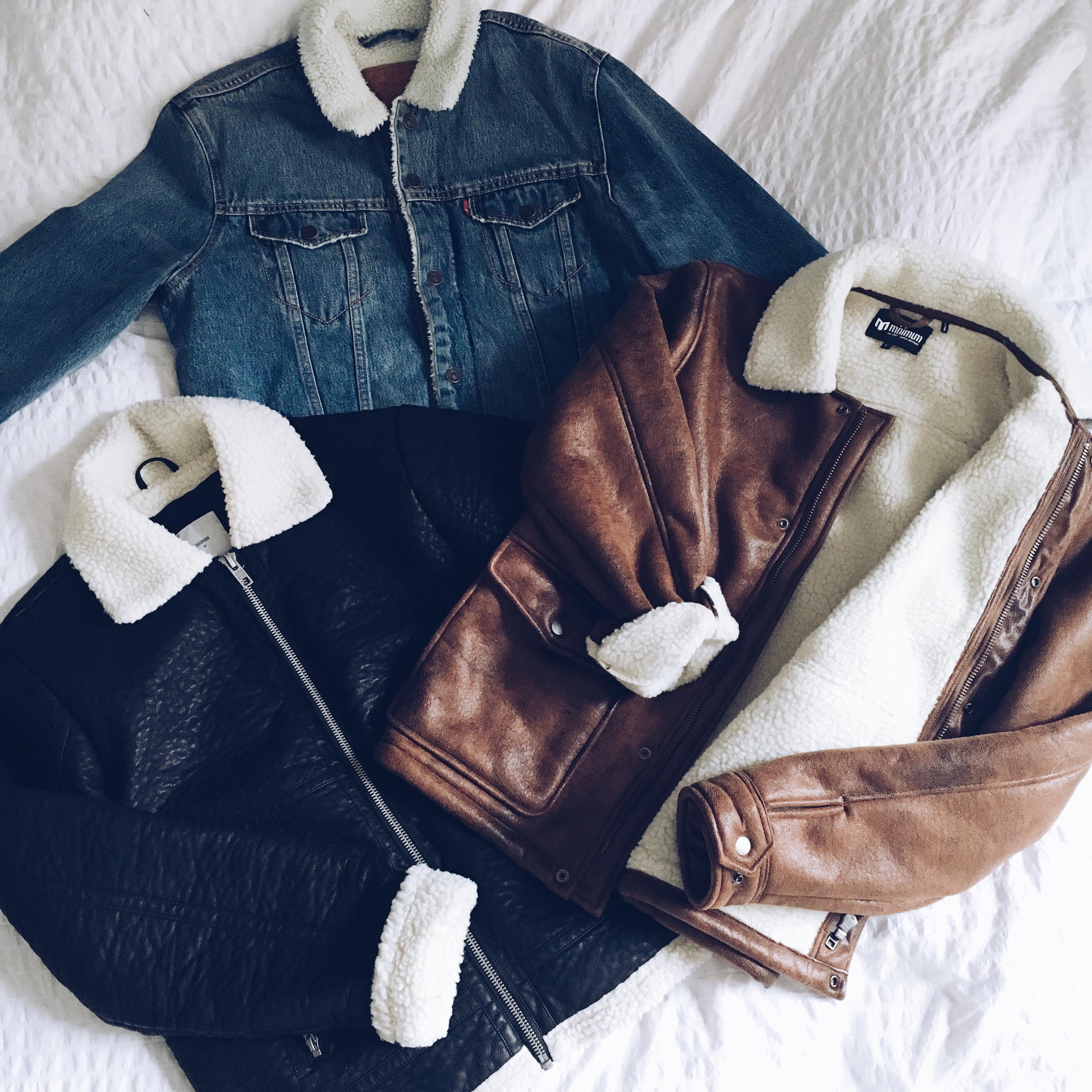 Jeansjacke von Levi's, braune und schwarze Lederjacke von MINIMUM